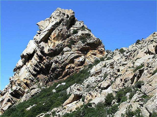 """Wahrzeichen von San Pantaleo der """"Kopf"""" aus Granit"""