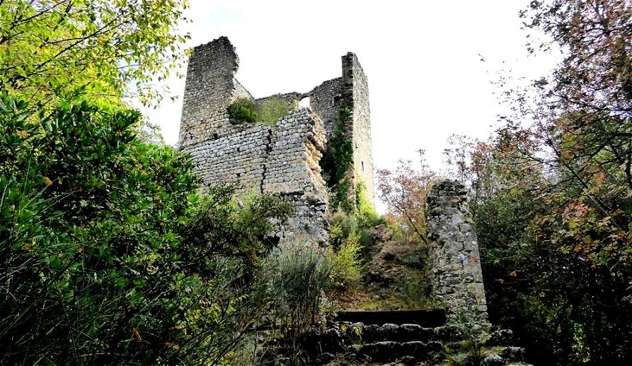 Geborstener Festungsturm am Eingang von Castelvecchio im  Val d'Elsa. Das Gründungsdatum könnte in die Zeit der Langobardeninvasion im 6. und 7. Jh. liegen