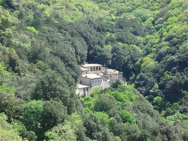 Das Eremo delle Carceri ist ein kleiner Klosterbau in einer steilen Waldschlucht am Monte Subasio, in Umbrien