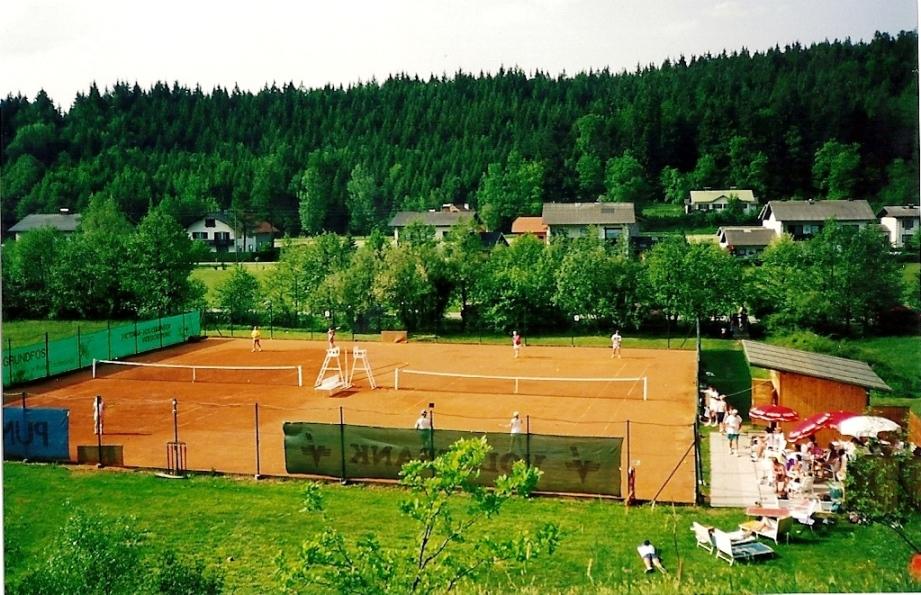 1993 - noch vor Klubhausbau - heute steht das Klubhaus im Vordergrund vor den Tennisplätzen