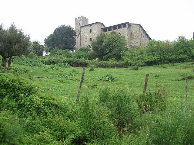 Castello Biscina thront hoch oben auf einem Hügel