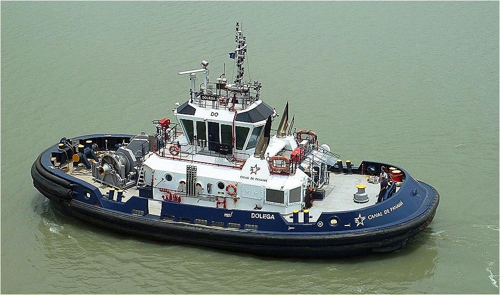 Lotsenboote begleiten uns während der Kanalpassage