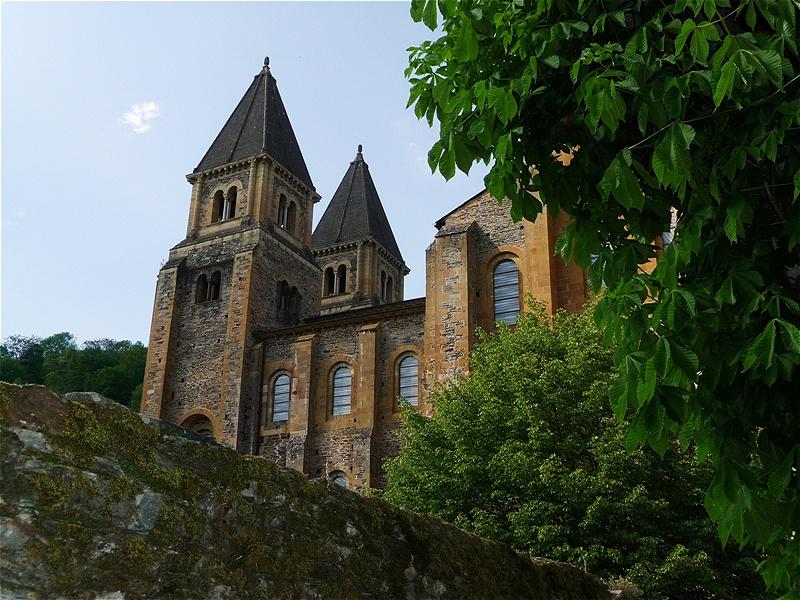 Klosterkirche Sainte-Foy.  Die Heilige Fides, die Tochter eines angesehenen Bürgers aus Agen,war im Jahre 303 im Alter von 13 Jahren zum Tode verurteilt worden, weil sie sich weigerte, die heidnischen Götter anzubeten