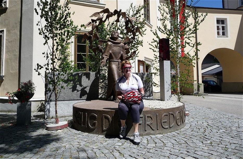 Vor dem Friedensdenkmal mit der Franz von Assisi Statue In Maria Schmolln