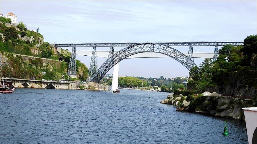 Ausfahrt unter den Brücken Portos