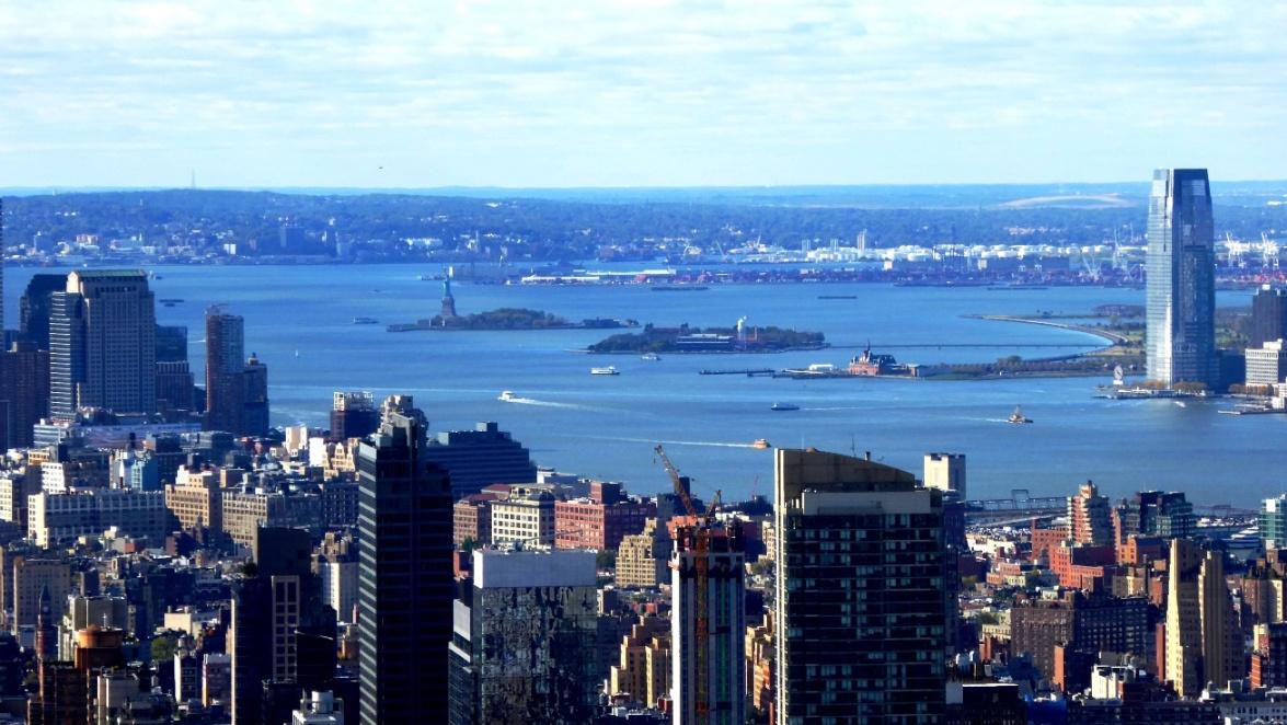 Blick über den Hafen auf  Liberty Island mit der Freiheitsstatue