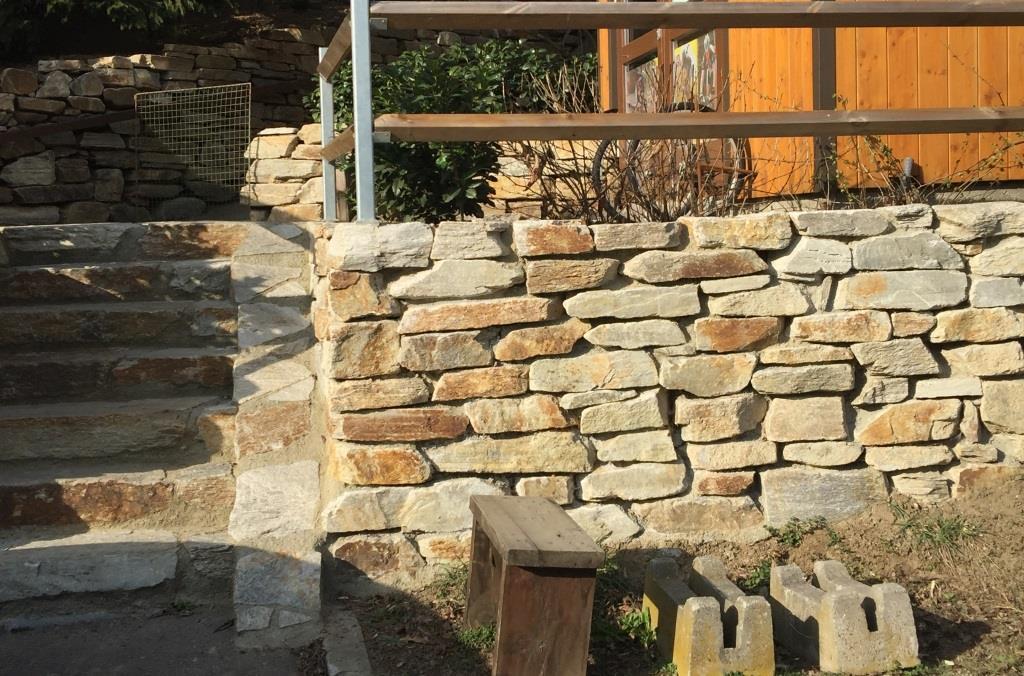Trockenmauerstein und Stufenstein