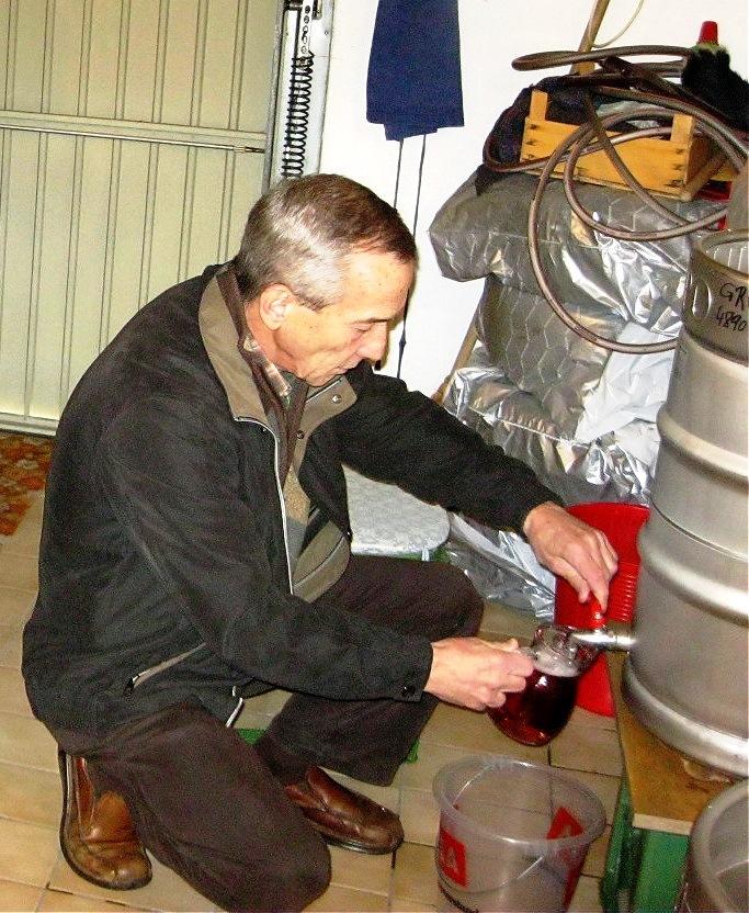 Aus dem Stahltank fließt der fertige Rosèwein