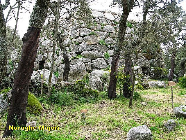 Nuraghe Majori Nuraghen sind die prähistorischen und frühgeschichtlichen Turmbauten der Bonnanaro-Kultur (Jungsteinzeit ca. 1800–1500 v. Chr.)