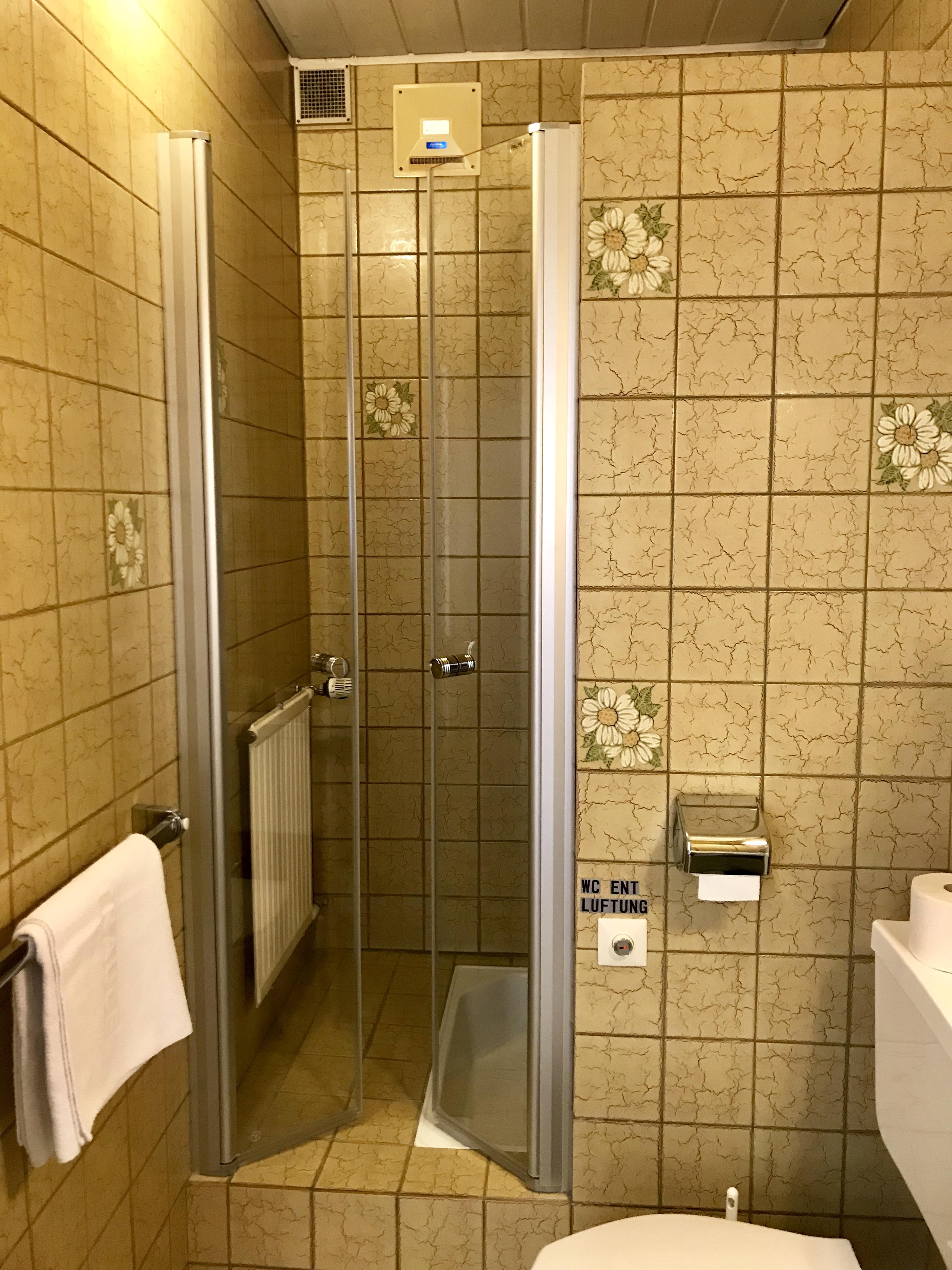 Zimmer Nr. 2 - Badezimmer (80er-Stil)