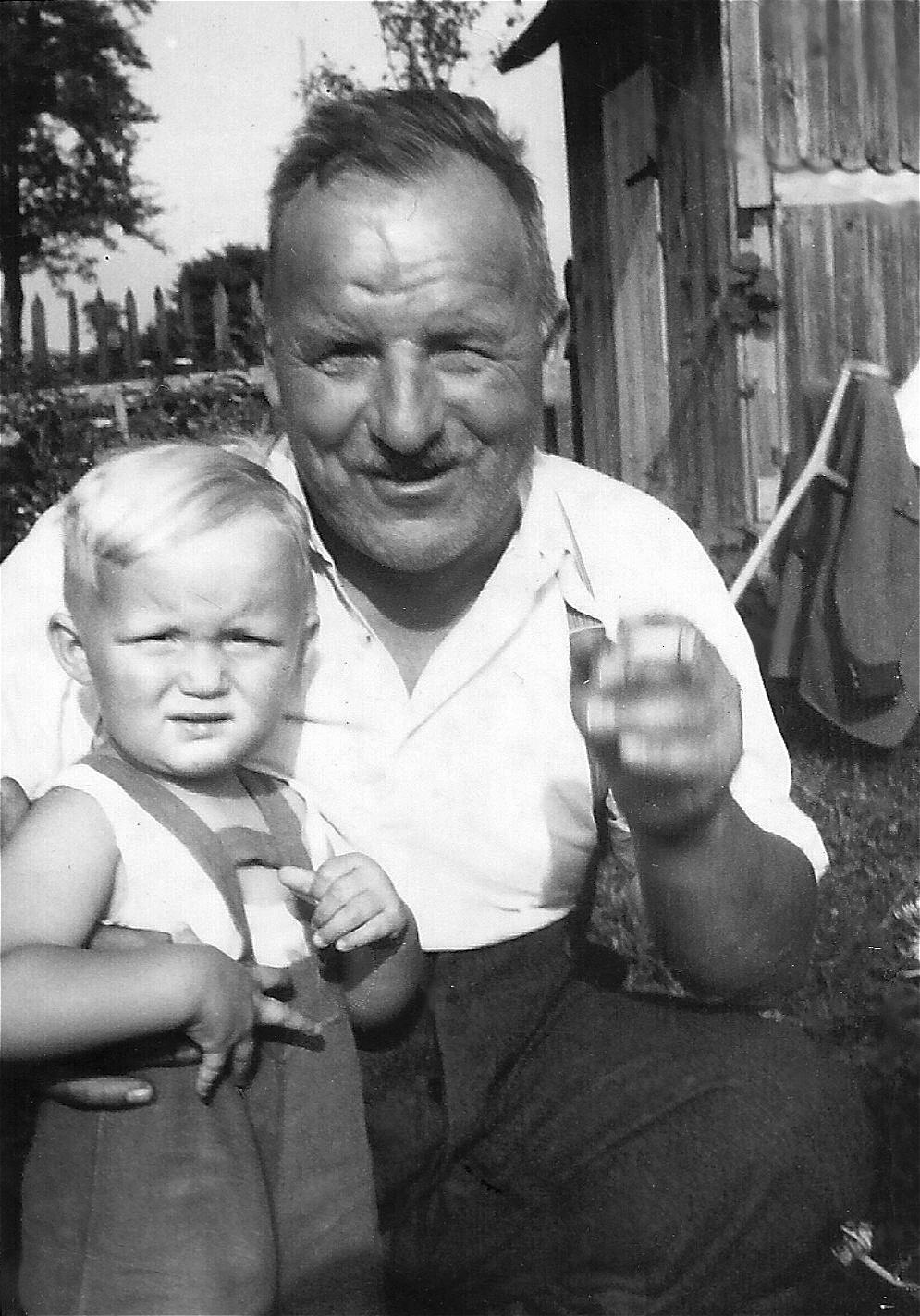 Adi mit Gartenlechner-Opa - 1951