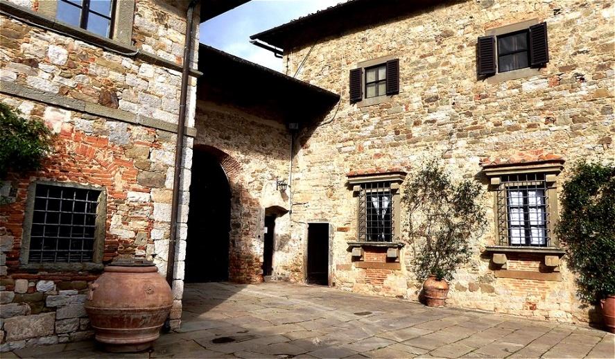 Im Hof des Weingutes - heute ist das ehemalige Kloster ein renommiertes Weingut, das von der Familie Stucchi Prinetti geführt wird