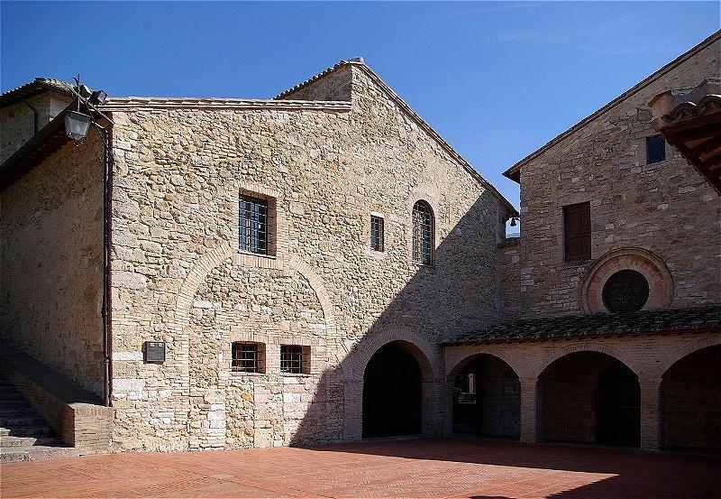 """San Damiano - Im Jahre 1205 vernahm Franziskus der Überlieferung nach vor dem Kreuz in der verfallenden Kirche die Worte: """"Franziskus, geh hin und stelle mein Haus wieder her, das, wie du siehst, schon ganz verfallen ist""""."""