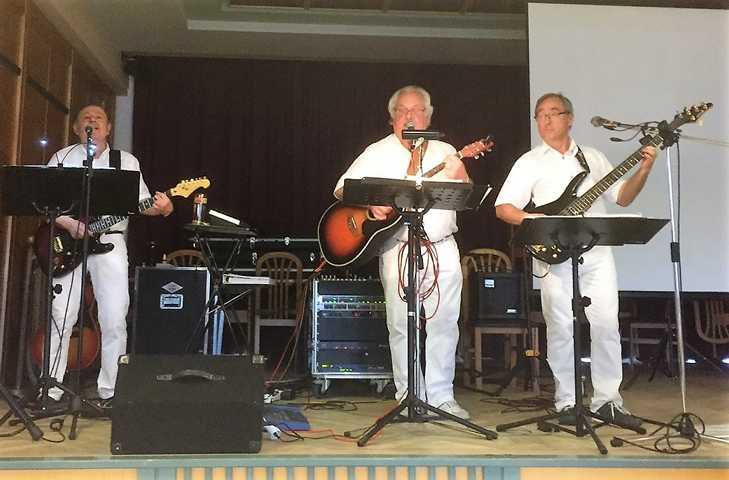 """Die """"Gitaros"""" sorgen mit schönen Liedern für Kurzweile."""