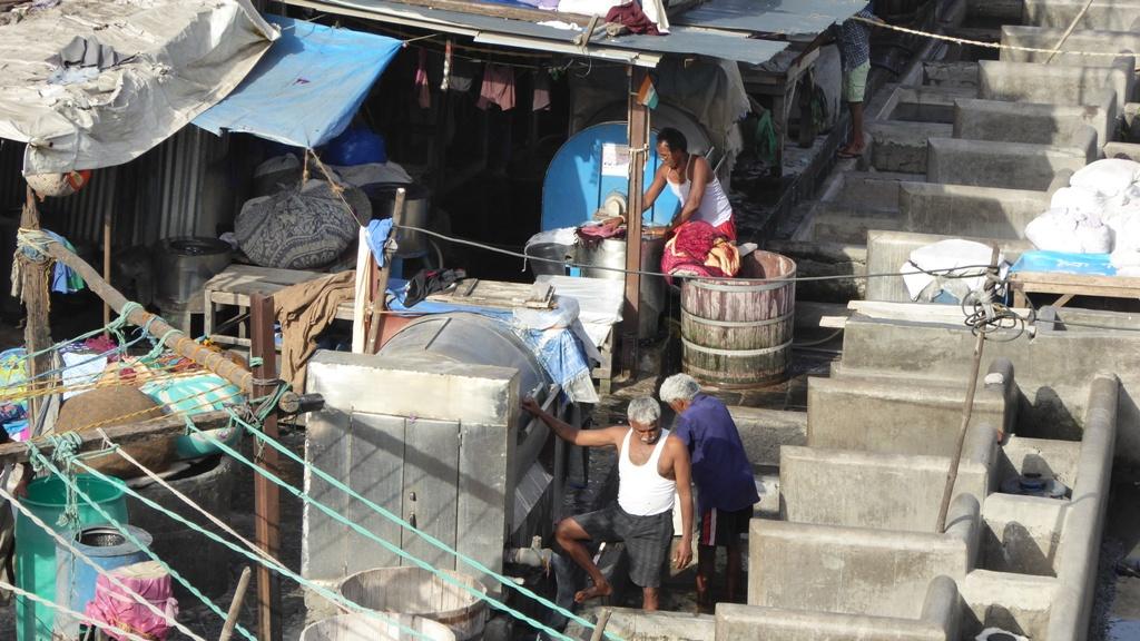 Waschen ist Männersache ! Hunderte von Menschen waschen in Betonbottichen die Wäsche von fast ganz Mumbai. Die meisten Hotels lassen ihre Wäsche dort waschen. Es ist erstaunlich, daß jeder seine Wäsche wieder zurückbekommt!