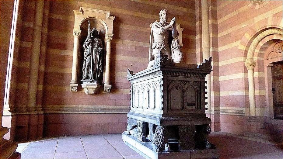 In der Vorhalle - Denkmal König Adolf von Nassau