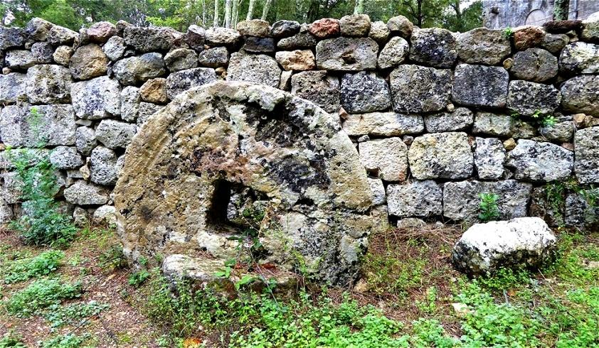 Ein schwerer Mahlstein Von seinen Einwohnern verlassen, geriet Castelvecchio in Vergessenheit