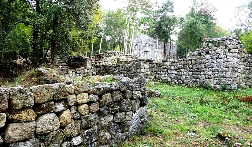 Inmitten der Ruinen  - 1576 wurde auch die Pfarrkirche von der Kirchenbehörde aufgelassen