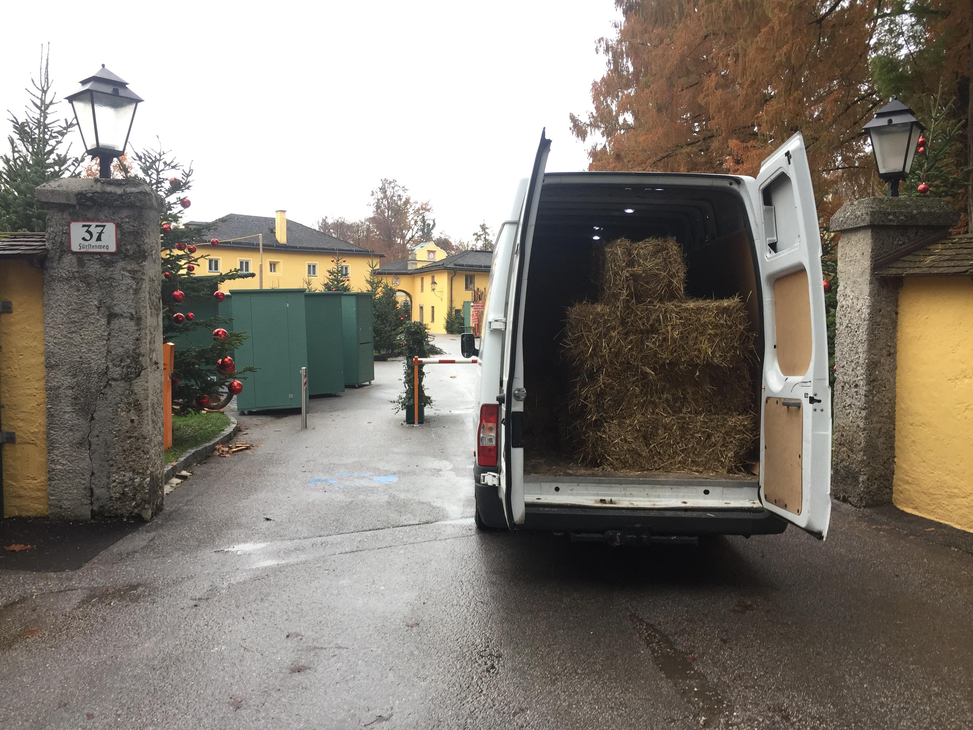 Transport von Heu nach Hellbrunn für den Weihnachtsmarkt
