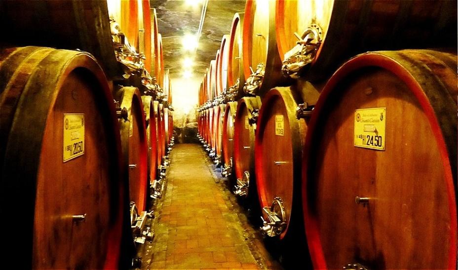 Gang durch den Weinkeller in der ehemaligen Krypta der Benediktinermönche