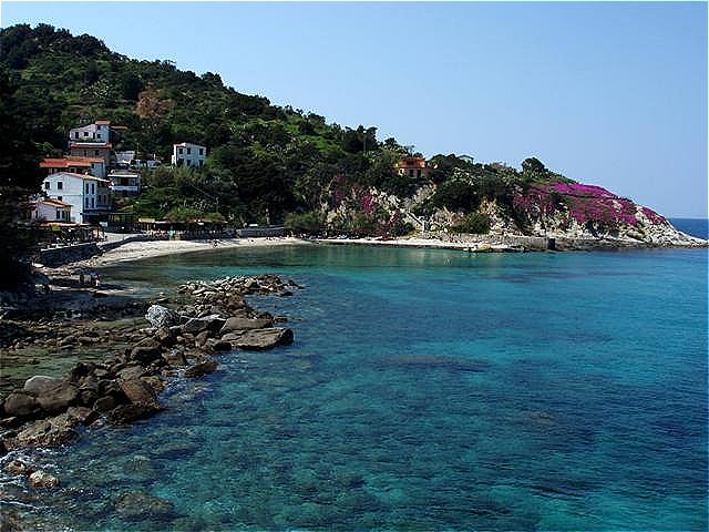 Sant Andrea liegt an einer Bucht mit glasklarem Wasser