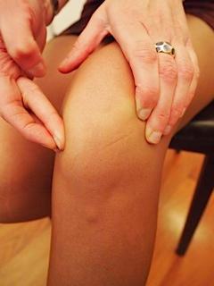 CINEMA: en cas de rotule douloureuse, il est difficile d'assister à la projection d'un film, genou fléchi pendant une heure ou deux (signe du cinéma)