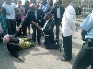 POLITIQUE: Léon Nzouba, ministre de l'éducation du Gabon  demande pardon à une dame...