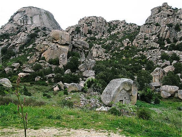 Das Dach der Gallura - Monte Limbara. Im Vordergrund eine in den ausgehölten Granit eingelassene Hirtenunterkunft