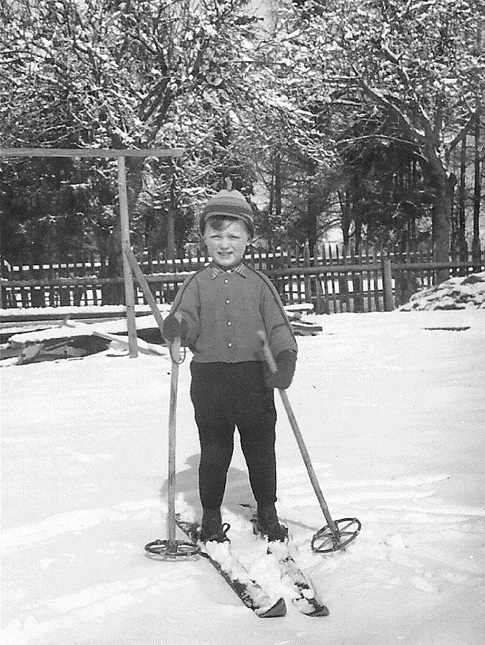 Schilauf im Garten - 1953
