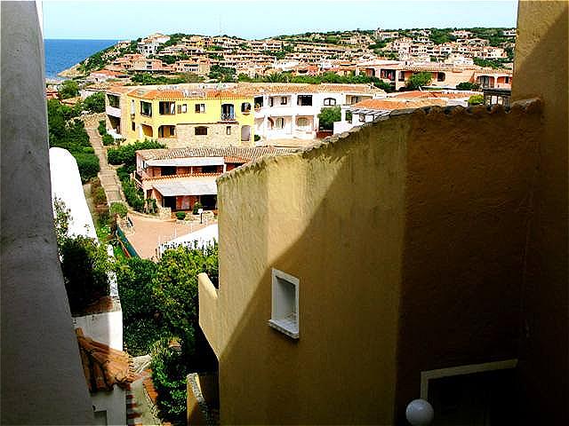 Moderne, bunte Häuser - sie fügen sich harmonisch in die Landschaft ein