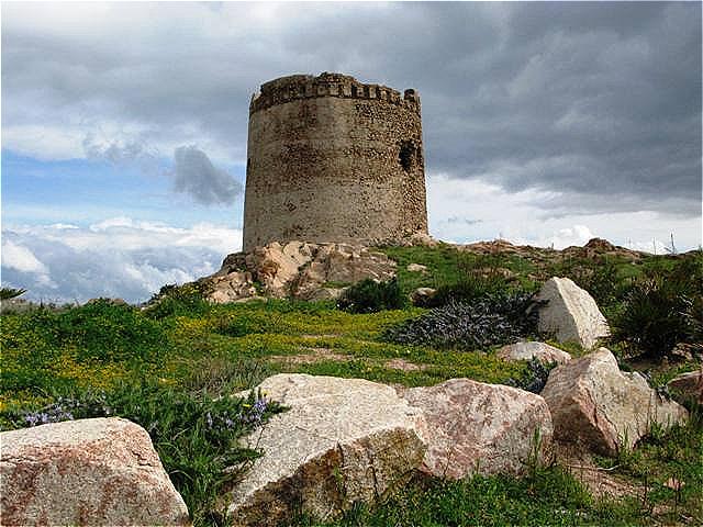 Der Spanische Wehrturm beherrscht Küstenlinie und Ort