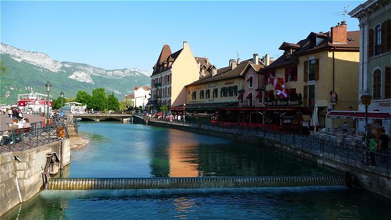 Abfluss des Thiou-Flusses aus dem Lac d'Annecy