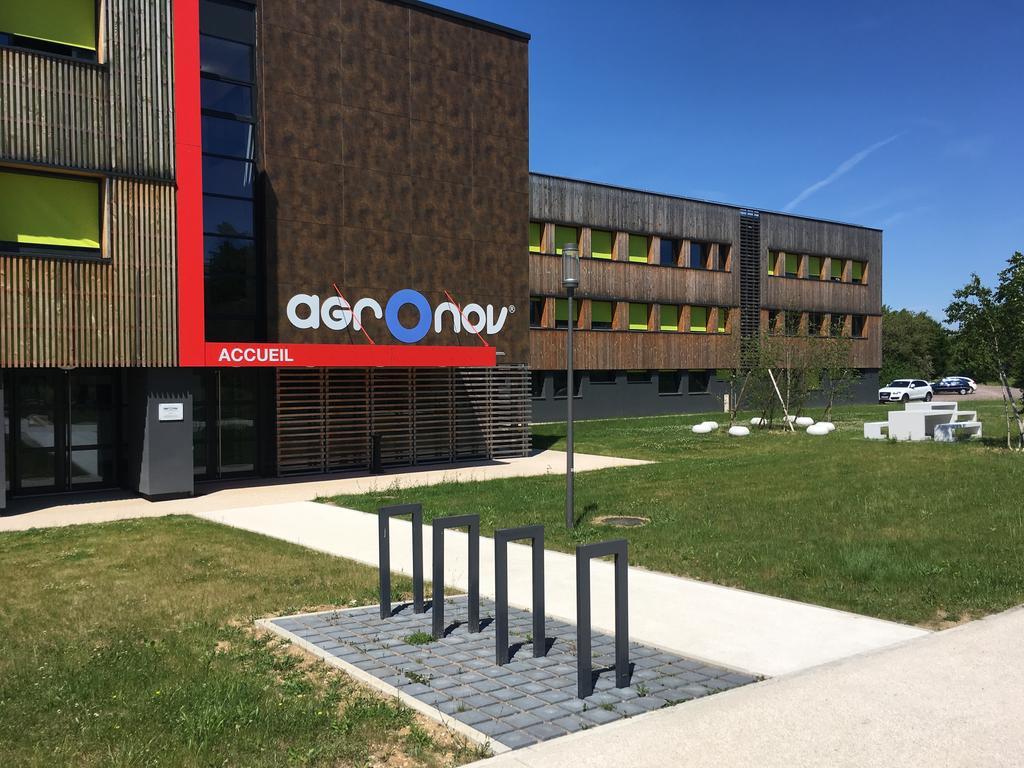Le site agrOnov avec les serres d'acclimatation et le bâtiment rénové accueillant nos bureaux et laboratoires