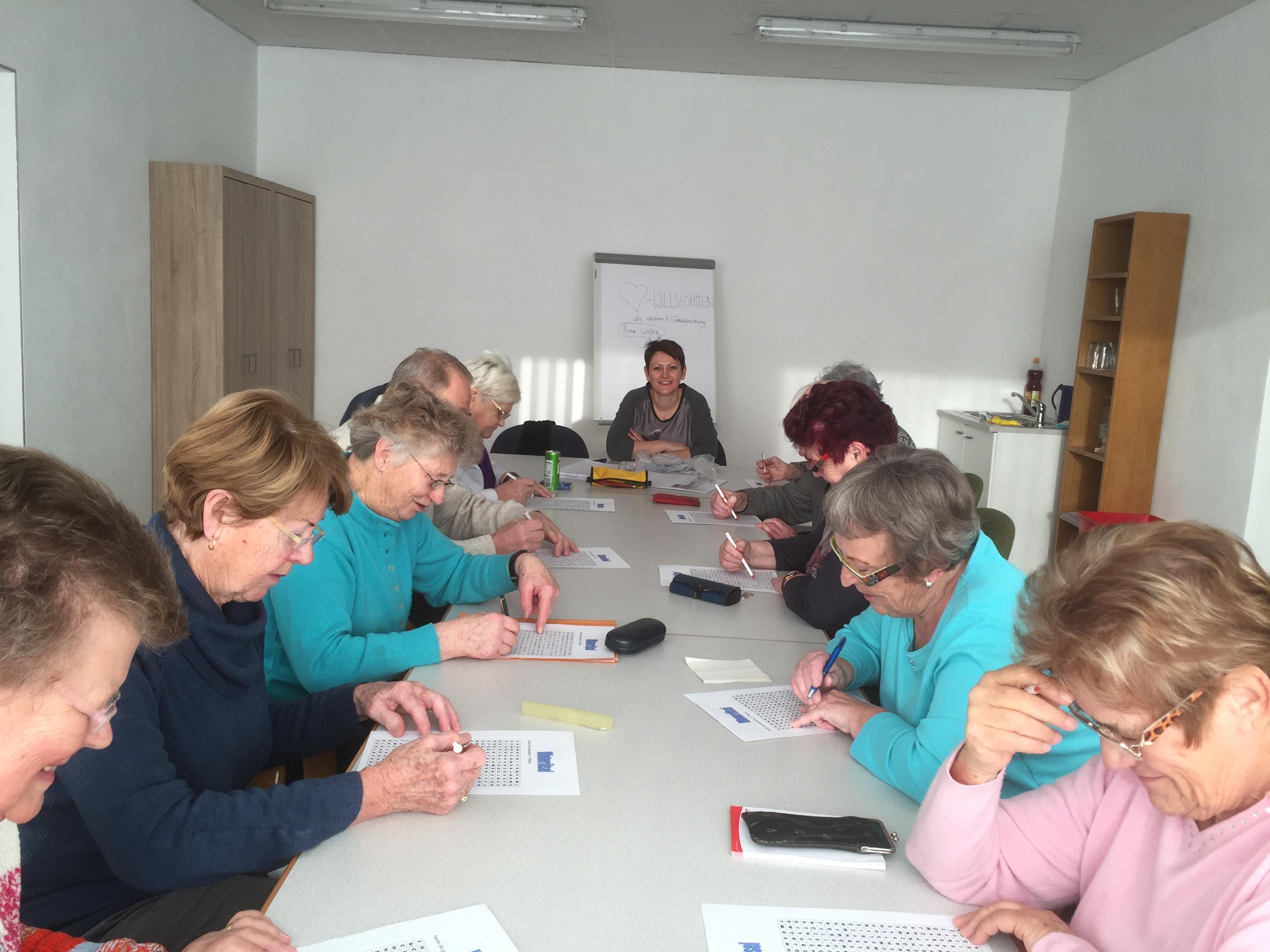 Marianne Asen (Tischende) läßt die Köpfe im Bildungsraum am Gemeindeamt in Friedburg rauchen.