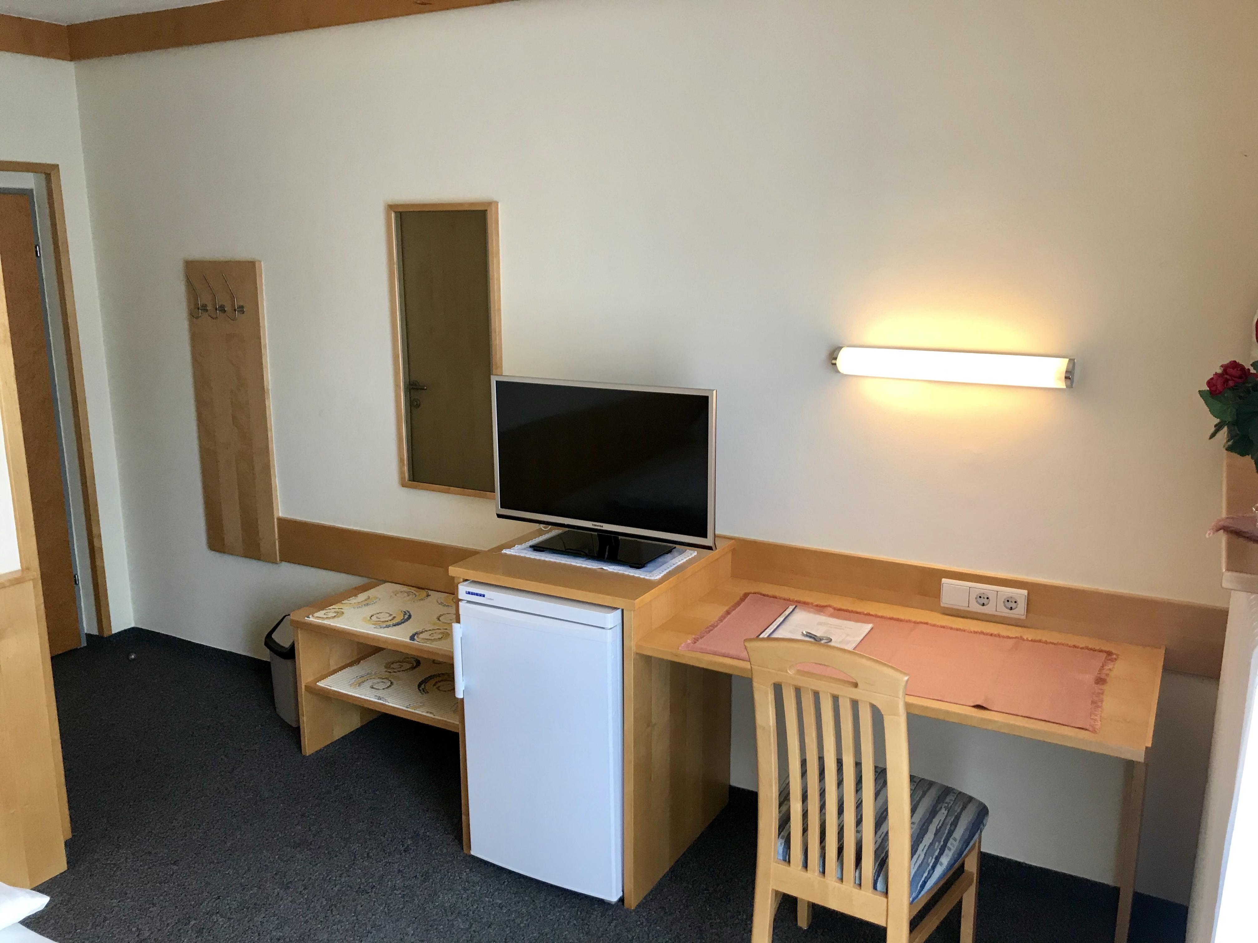 Zimmer Nr. 2 - TV & Sitzbereich
