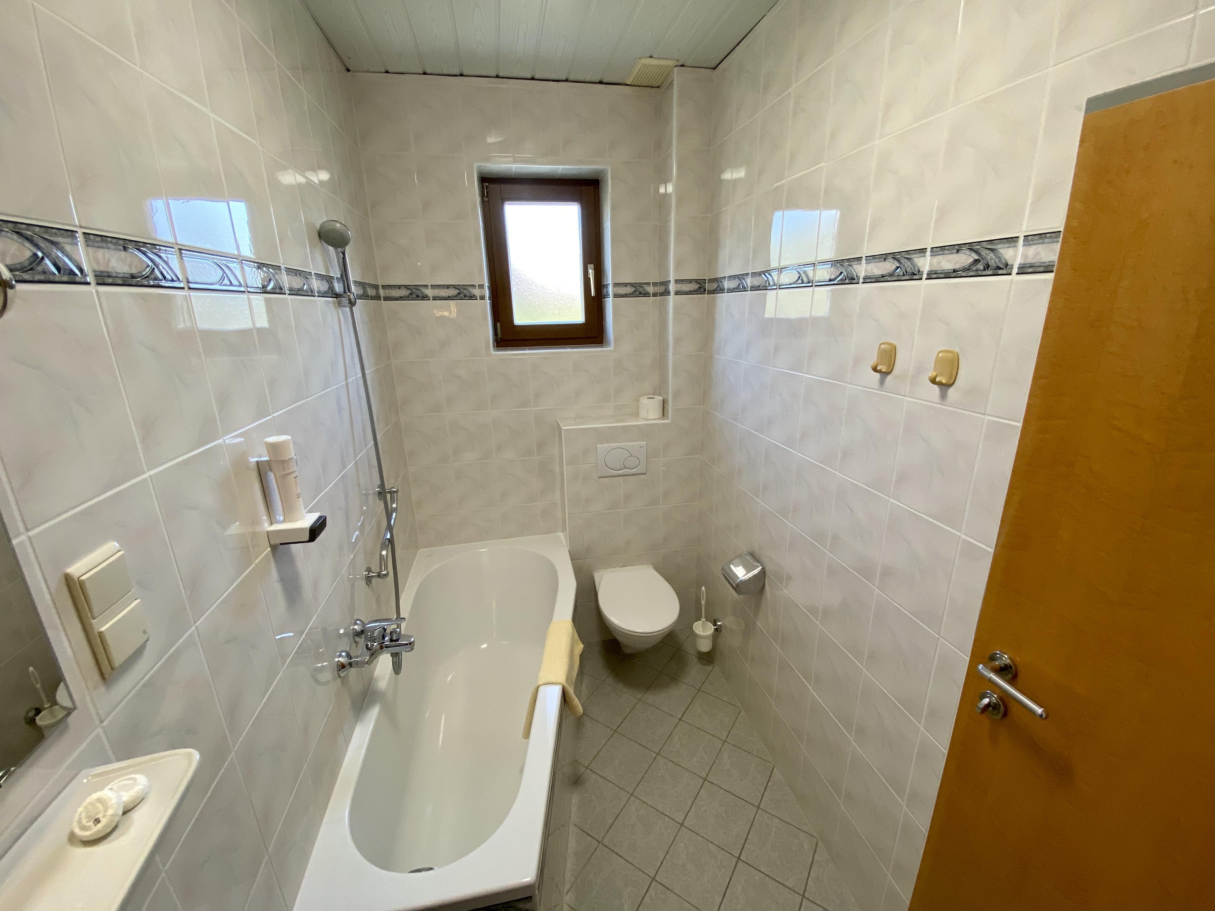 Zimmer Nr. 1 - Badezimmer mit Badewanne