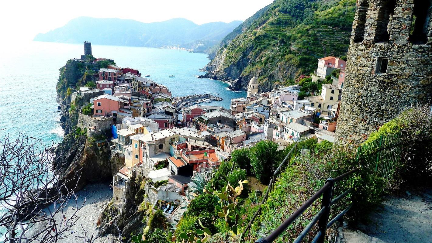 Abstieg nach Vernazza Vernazza ist eines der noch erhaltenen Fischerdörfer an der Italienischen Riviera