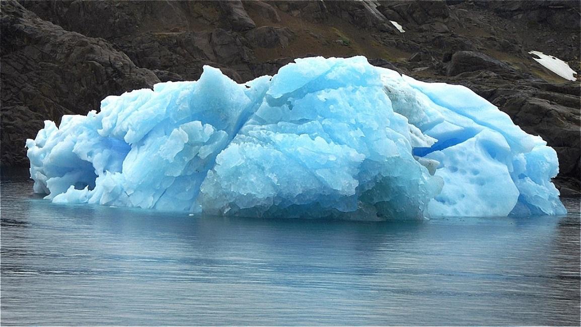 Altes Gletschereis schimmert blau