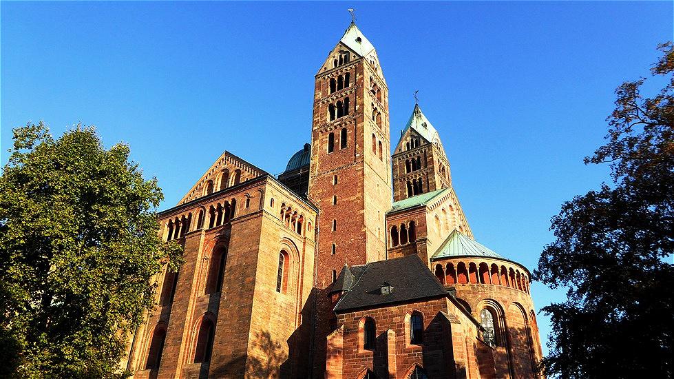 Ein gewaltiger Anblick ! Der salische König und spätere Kaiser Konrad II. ließ vermutlich 1025 den Bau mit dem Ziel beginnen, die größte Kirche des Abendlands zu errichten