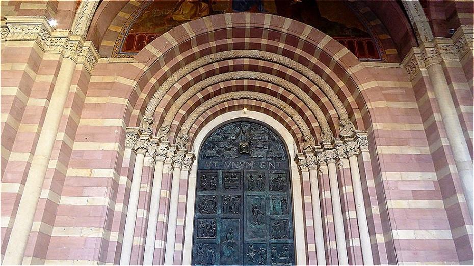Romanisches Trichterportal