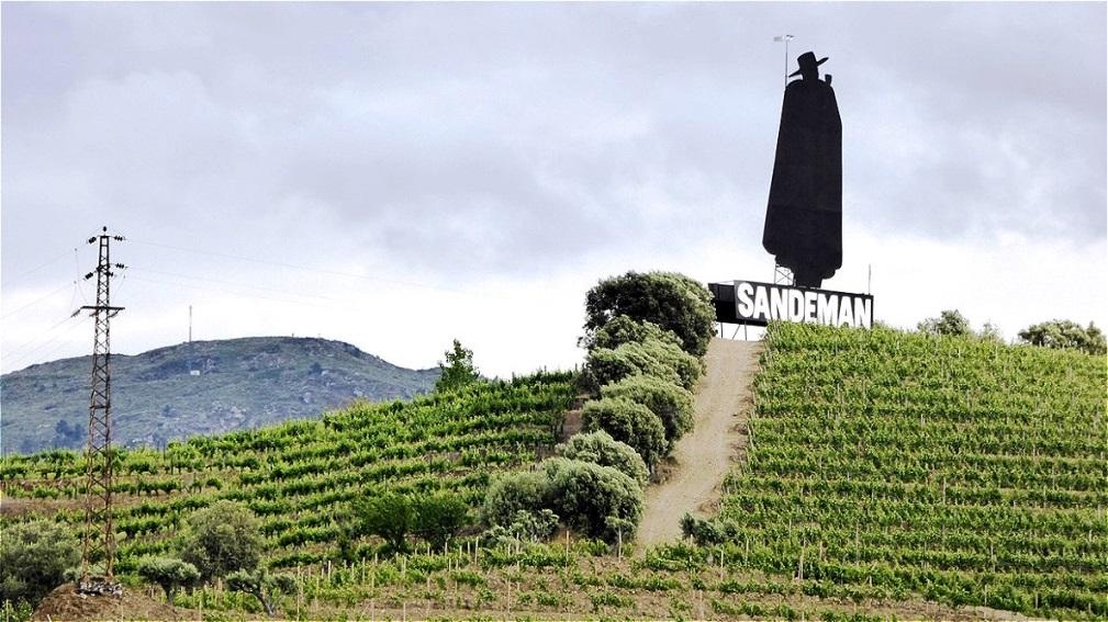 Sandemann Label - der Don trägt einen  spanischen breitkrempigen Hut und  einen portugiesischen Studentenmantel.