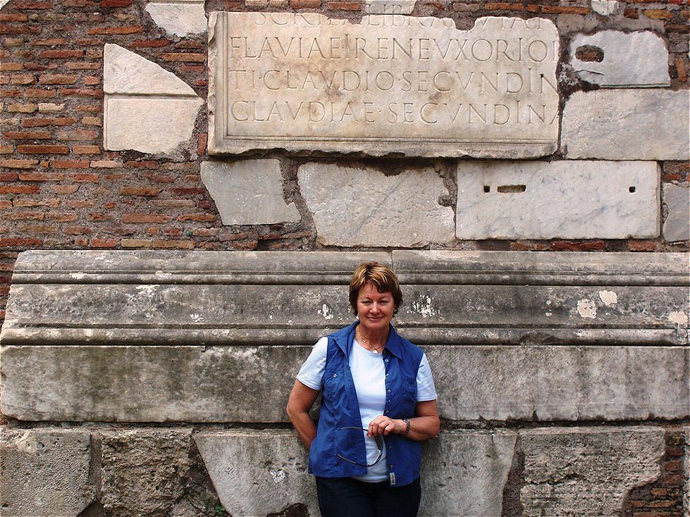 Vor dem Grabmal der Flavia Irene
