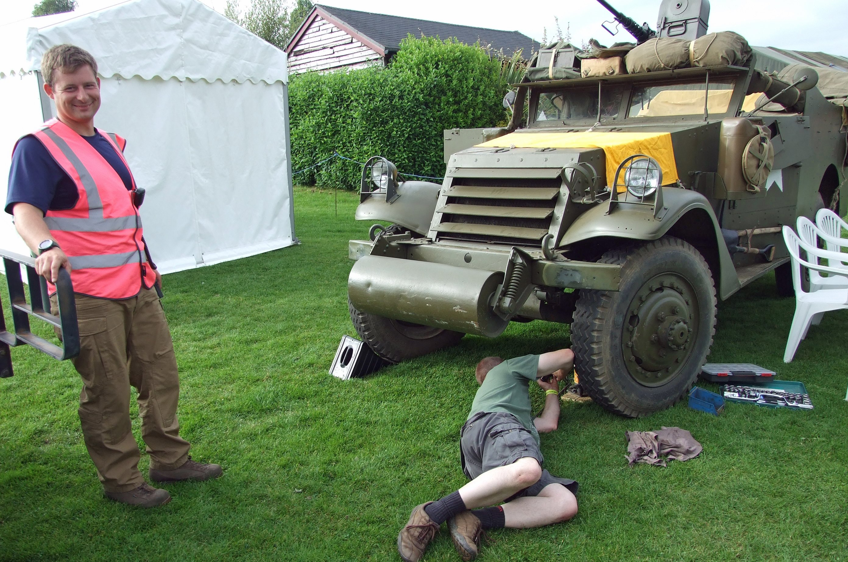 SEM chairman Ian Gardiner gets out his spanners while Scout Car own Andy Speechley is content to watch