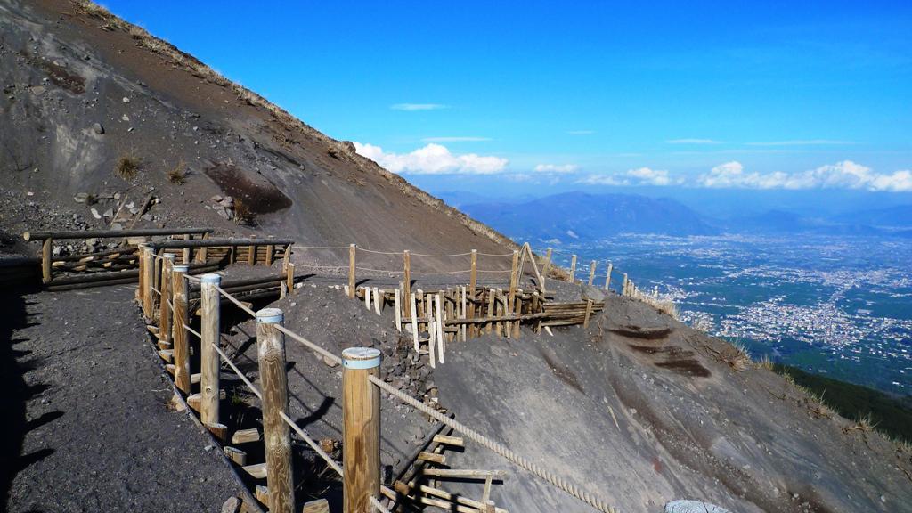 Eine schöne Steiganlage führt über lockere Bimssteinhänge