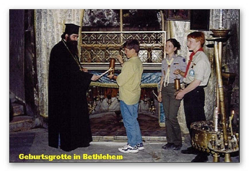 Das Friedenslicht wird vom Bischof der griech. orthodoxen Kirche entzündet
