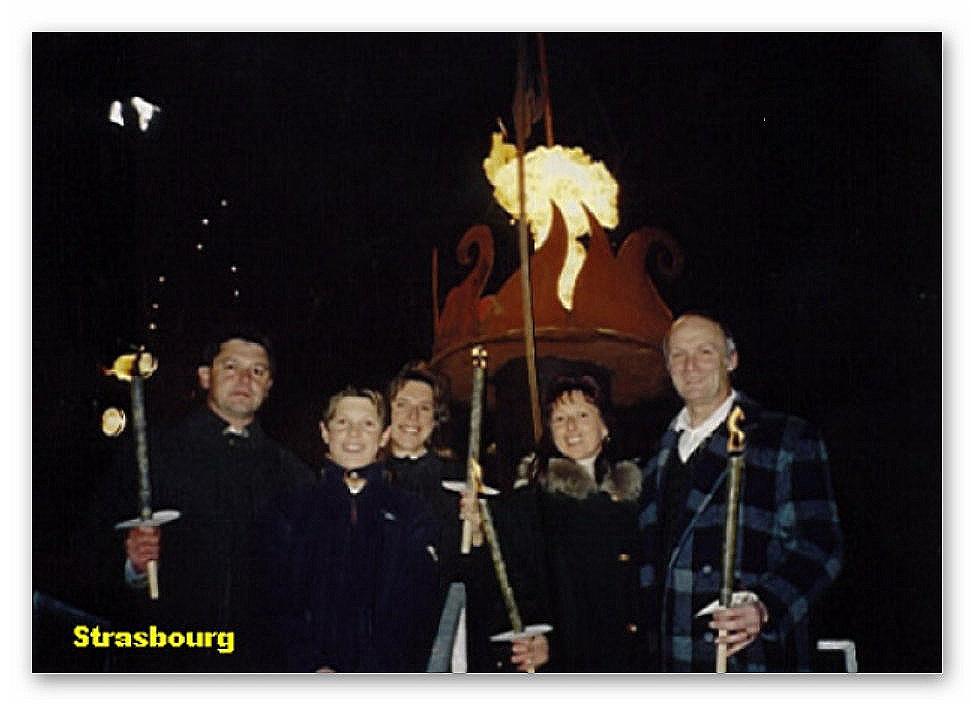 Familie Mangelberger beim Fackelumzug in Strasbourg Von links: Vater, Patrick, Mutter, Tante und HS-Direktor Falb