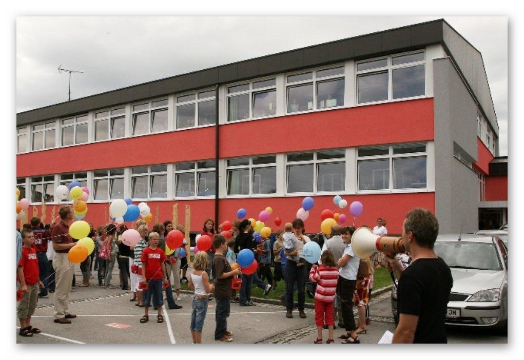 Ballonstart im Schulhof