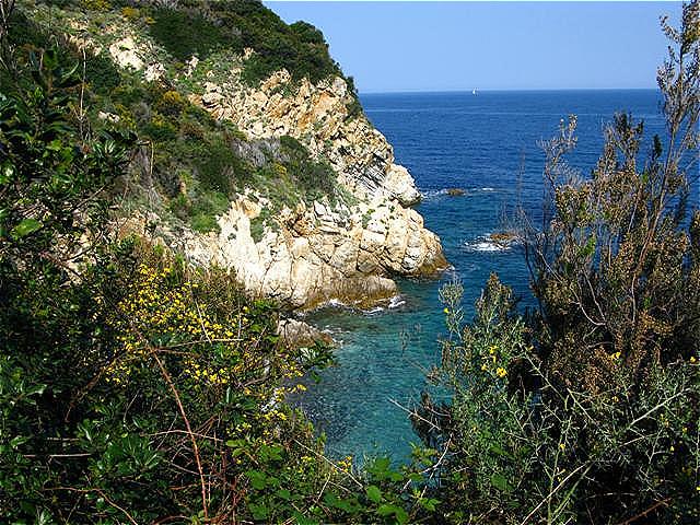 Im Aufstieg an der Steilküste - Wanderung nach Sant Andrea