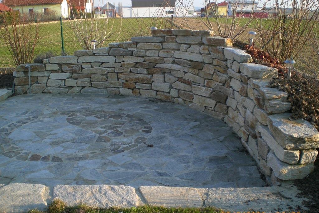 Terassenplatten, Stufenplatten und Trockenmauersteine