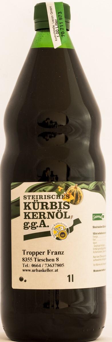 STEIRISCHES KÜRBISKERNÖL  Das steirische Kürbiskernöl ist das traditionelle Salatöl aus Ölkürbissen, mit seinem typischen Geschmack, der sich mit nichts vergleichen lässt. Die Samen der in der Sonne gereiften Ölkürbisse, die Kürbiskerne werden her- ausgelöst, gewaschen und getrocknet. Aus diesen Kernen wird je nach Bedarf und immer ganz frisch das unver- wechselbare dunkelgrüne Kernöl schonend gepresst. Die sorgfältige Behandlung ergibt ein sehr hochwertiges Speiseöl mit dem typischen und wunderbaren Geschmack.  Kürbiskerne und Kürbiskernöl wirkt sich günstig auf den Kreislauf und auf Funktionsstörungen der Niere, Prostata und Blase aus.  Inhaltsstoffe: Vitamine: A, B1, B2, B6, C, D, und wichtig E, Mineralstoffe: Phosphor, , Kalium Magnesium, ungesättigte Fettsäuren: Linolsäure Spurenelemente: Eisen, Kupfer, Mangan, Selen  Herkunft: Vulkanland Steiermark  Abfüllmengen/Verkauf: 0,5 Liter und 1 Liter